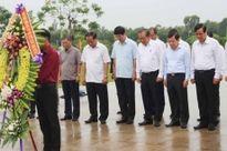 Đồng chí Trương Hòa Bình dâng hương Tượng đài Mẹ Việt Nam Anh hùng