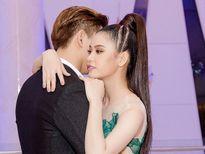 Tim - Trương Quỳnh Anh tình tứ ôm nhau ở sự kiện
