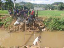 Huyện chỉ đạo phá cầu tạm, hàng trăm người dân bị cô lập