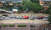 Đường Hà Nội lại ngập sâu trong mưa, nước bắn rát mặt người đi xe máy