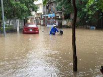 Mưa dông trắng trời, nhiều tuyến phố trung tâm Hà Nội lại chìm trong biển nước