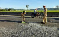 CSGT dọn đường sau tai nạn giữa cái nắng như thiêu đốt