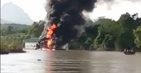 Tuyên Quang: Quá bức xúc, người dân đốt tàu cuốc khai thác cát sỏi trên sông Gâm