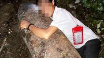 Người đàn ông ôm bom 'khủng' còn nguyên kíp nổ chụp ảnh 'tự sướng'