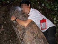 Thấy bom 'khủng' còn nguyên kíp nổ, chạy lại ôm rồi chụp ảnh tự sướng