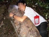 Người đàn ông ôm bom khủng còn nguyên kíp nổ chụp ảnh