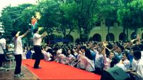 Thầy hiệu phó hóa 'cơ trưởng' nhảy rap cùng 500 học sinh