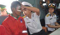 Hải quân điều tàu đưa ngư dân bị nạn vào bờ