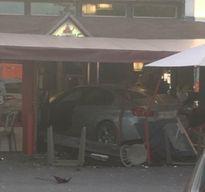 Ô tô lao vào nhà hàng pizza, nhiều người thương vong