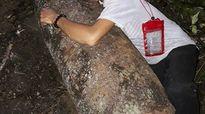 Phát hiện bom 'khủng' trong rừng, người đàn ông lao vào ôm rồi chụp ảnh