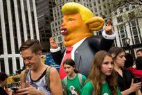 Hàng trăm người biểu tình trước Tháp Trump ở New York