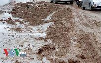 Bùn đất ngập đường Nguyễn Trãi, Hà Nội vào giờ cao điểm sáng