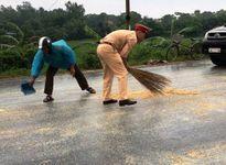 Cảnh sát giúp tài xế thu dọn ngô tràn trên đường