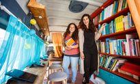Thư viện di động chở ước mơ đến với người dân tị nạn ở Hy Lạp