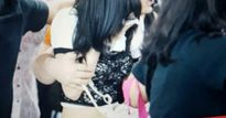 Fan cuồng sàm sỡ vòng ba và ngực của ca sĩ Hàn