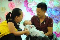 Vỡ òa hạnh phúc cặp vợ chồng liệt cả hai chân sinh con