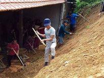 Đoàn viên thanh niên giúp dân khắc phục hậu quả do sạt lở đất