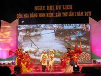 Hàng ngàn người kéo về Bến Ninh Kiều xem Đêm hoa đăng