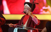 Bé 7 tuổi hóa thành cụ già hát xẩm chinh phục Hoài Linh, Xuân Bắc