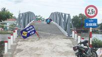Lãnh đạo xã bỏ biển cấm cầu, chở vật liệu về nhà