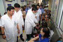 Phó Thủ tướng Vũ Đức Đam thị sát việc điều trị sốt xuất huyết