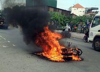 Hai chị em bỏ chạy thoát thân vì xe máy bốc cháy dữ dội