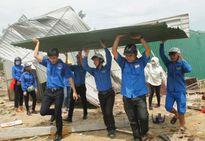 Quân đội, thanh niên tình nguyện giúp người dân Cửa Lò sau bão