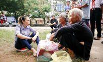 Mỹ Tâm ngồi bệt dưới vệ đường, cùng ăn vặt và trò chuyện với các cụ già neo đơn khiến dân mạng 'like' điên đảo