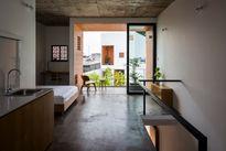 Ngôi nhà có tường gạch nung nổi bật giữa Sài Gòn