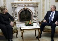 Clinton nói về dáng ngồi của Putin