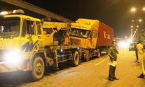 Nhiều người bất lực không cứu được tài xế kẹt trong container