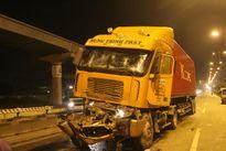 Hai xe container tông nhau trên xa lộ Hà Nội, tài xế tử vong trong cabin biến dạng