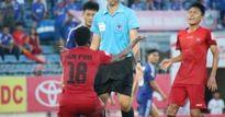 Bị thổi penalty, đội trưởng CLB Hải Phòng quỳ gối xin trọng tài
