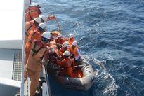 Cứu nạn 3 ngư dân bị ngộ độc khí trong hầm lạnh ngoài khơi
