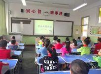 Thầy giáo 8X livestream lớp học gây tranh cãi dữ dội