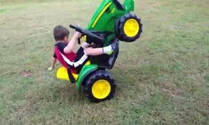 'Cười vỡ bụng' với những tai nạn 'khó đỡ' của các nhóc tỳ