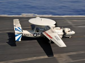'Mắt diều hâu' E-2C của Mỹ suýt lao đầu xuống biển khi hạ cánh trên tàu sân bay