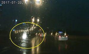 Hết hồn xe máy đi ngược chiều trong mưa trên đường vành đai 3