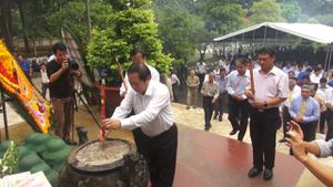 Bộ trưởng Bộ Thông tin và Truyền thông dâng hương tại Tây Ninh