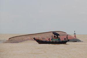 Tàu hàng lật úp ở biển Nghệ An sắp được trục vớt