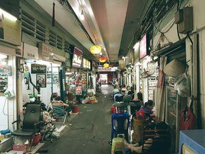 Hẻm Sài Gòn kể chuyện 'đặc sản': Mần nail 'tám chuyện' bên hông chợ Bến Thành