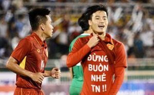Văn Toàn không hiểu luật FIFA khi in thông điệp trên áo?