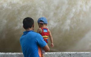 Trèo lên thành đập xem thủy điện Hòa Bình mở 3 cửa xả đáy