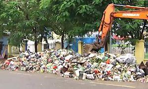 Không được thu gom, núi rác khổng lồ bốc mùi nồng nặc giữa Thủ đô