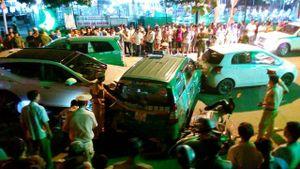 Chùm ảnh: Va chạm liên hoàn 13 ô tô, xe máy khiến 2 người tử vong