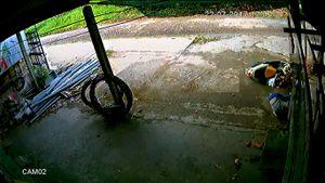 Thót tim với clip hai mẹ con lao thẳng vào hàng rào vì bé tự vặn ga xe máy