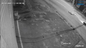 Clip xe máy phóng nhanh đấu đầu xe tải ở Hà Nội, thanh niên tử vong tại chỗ