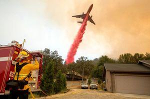 Máy bay cứu hỏa và 'thần lửa' nổi giận lọt top ảnh ấn tượng nhất tuần