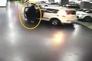 Clip: Người phụ nữ xấu số bị cửa ôtô gạt ngã, lọt vào gầm xe