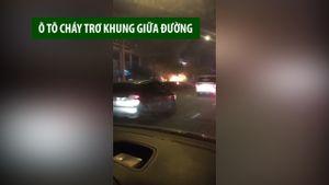 Ô tô cháy trơ khung khi đang chạy trên đường